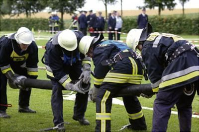 Gruppenavatar von Angriffstrupp legt Zubringleitung mit je zwo C- Längen Erstes und Zweites Rohr vor!!!!!!!!!!!!!!!!!