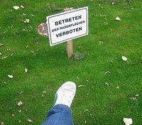 """Gruppenavatar von Wie kommen die """"Rasen betreten verboten"""" Schilder auf den Rasen, wenn sie keiner betreten darf?"""