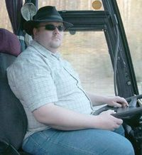 Es friert uns! Was macht es denn, uns warten zu lassen, garstiger dummer fetter Busfahrer!
